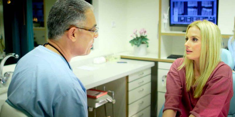 """ד""""ר בביוב בשעת ייעוץ , ד""""ר בביוב , דוקטור אבי בביוב , מרפאת שיניים אבי בביוב"""